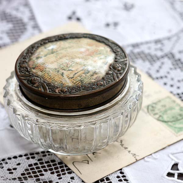 〈イギリス〉1930年代 繊細な織物の風景絵柄キャップのガラスボックス                                        [LO2557]