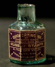 画像1: 〈イギリス〉1900年頃  英国ガラスインク瓶 英字ラベルRUBBER STAMPS オクタゴン (約高さ6.0cm) (1)