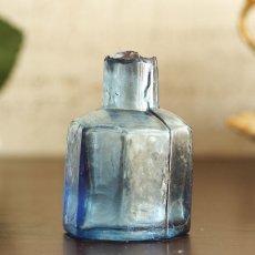 画像2: イギリス アンティークブルーガラス ヴィクトリアンインク瓶 八角形 (約高さ6.0cm) (2)