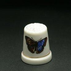 画像2: イギリス  英国陶製シンブル(指貫)左右色の違う羽をもつ蝶 (2)