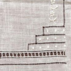 画像6: 〈西ヨーロッパ〉マデイラ ビンテージホワイトリネンハンカチ 花手刺繍とニードルレース (6)