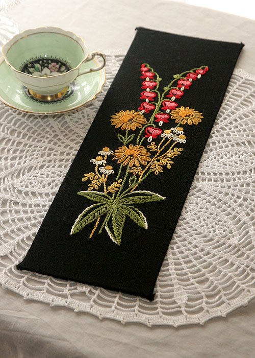 画像1: 〈ヨーロッパ〉アンティークハンドメイド花刺繍スズランのブラックパネル (1)
