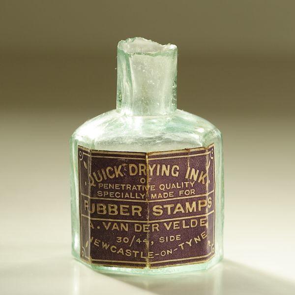 画像1: イギリス 1900年頃  英国 アンティーク雑貨 英字ラベル オクタゴンインクガラス瓶(約高さ6.1cm) (1)