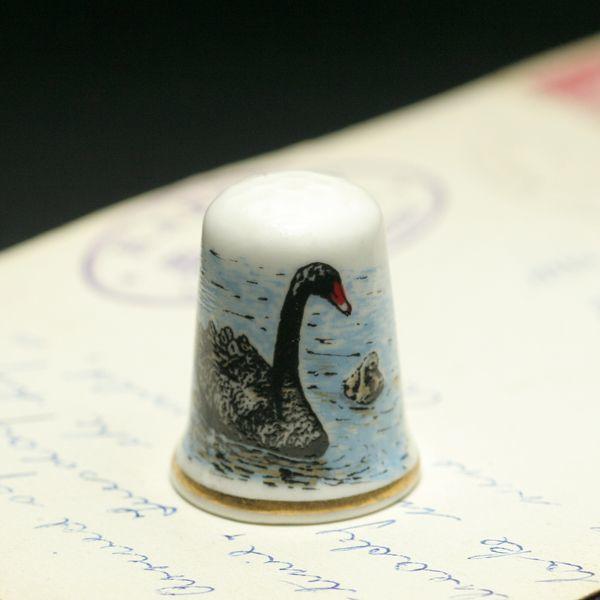 画像1: イギリス  英国陶製シンブル(指貫)親子の黒鳥 BLACK SWAN  (1)