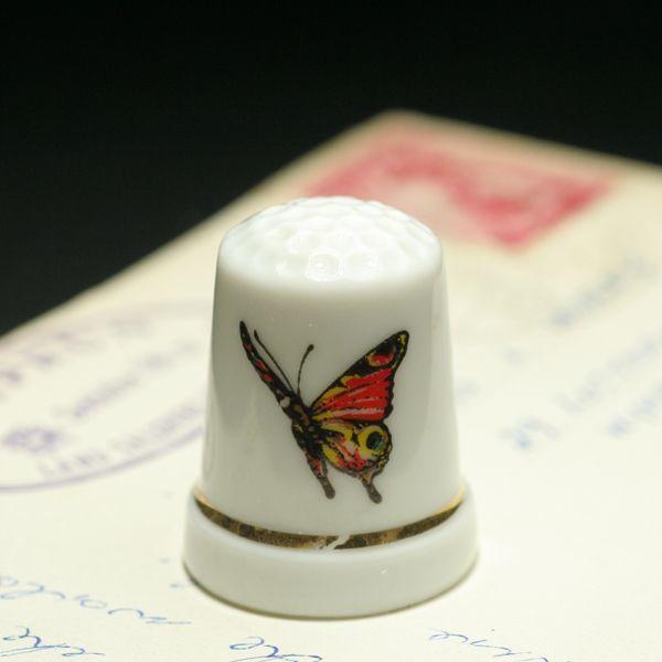 画像1: イギリス  英国陶製シンブル(指貫)オレンジ色の蝶が優雅に舞う (1)