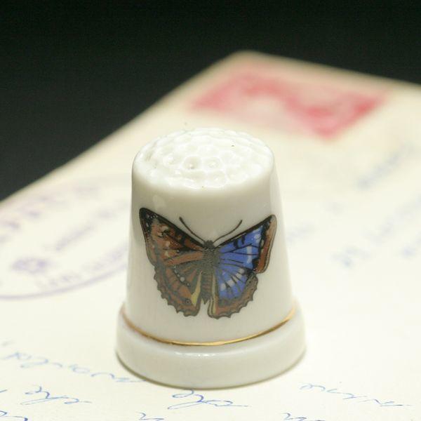 画像1: イギリス  英国陶製シンブル(指貫)左右色の違う羽をもつ蝶 (1)