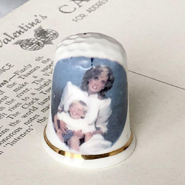 画像1: イギリス  英国陶製シンブル 指貫 ダイアナ妃とウイリアム王子 (1)
