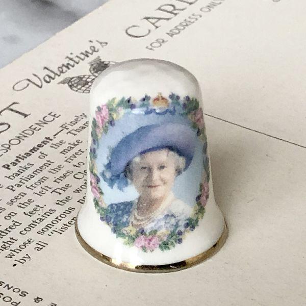 画像1: イギリス  英国陶製シンブル 指貫 エリザベス女王 (1)