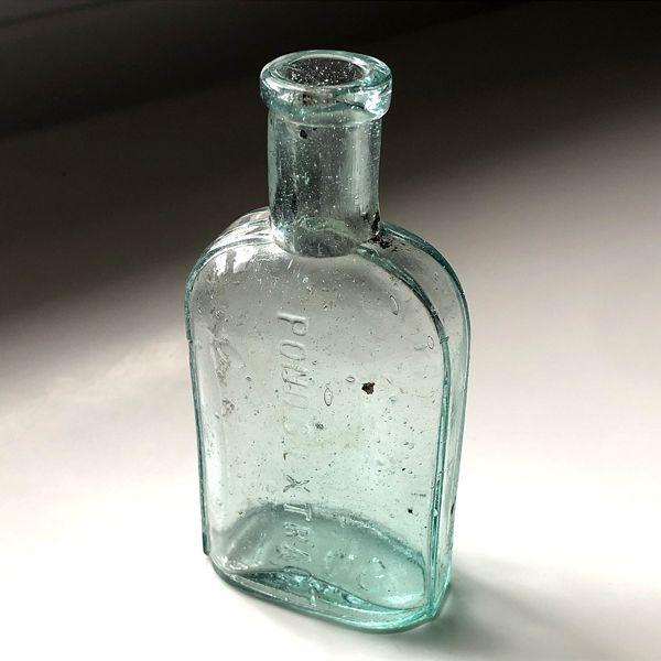 画像1: イギリス アンティーク ガラス瓶 POND'S EXTRACT (約高さ 12.9cm) (1)