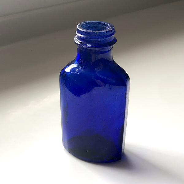 画像1: イギリス アンティーク ブルーガラス瓶 (約高さ 12.7cm) (1)