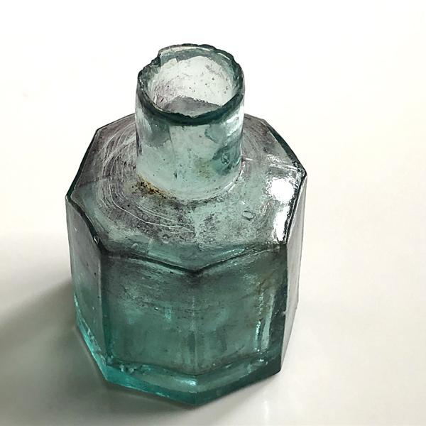 画像1: イギリス アンティークインク瓶 八角形  ヴィクトリアンガラスボトル (約 高さ6.0cm) (1)