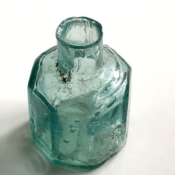 画像1: イギリス アンティークインク瓶 八角形  ヴィクトリアンガラスボトル (約 高さ5.7cm) (1)